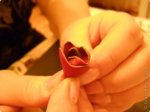 Предлагаю Вам попробовать сделать вот такую розу из кожи. фото 13