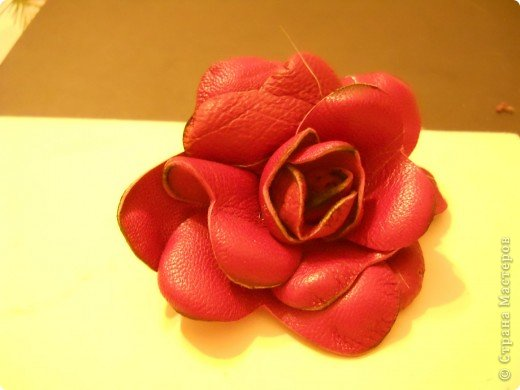 Предлагаю Вам попробовать сделать вот такую розу из кожи. фото 1