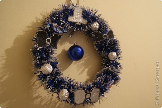 Рождественский венок на вешалке фото 1