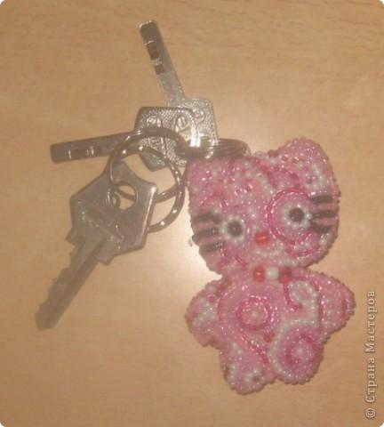 Постоянно теряю ключи... Решила сделать себе вот такой брелок в стиле Dot Lewallen. Теперь даже если где-то случайно оставлю, ВСЕ знают, что это мои ключи. Брелочек в единственном экземпляре.