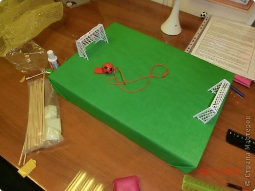 """""""Футбольное поле"""" из крышки картонной коробки, на которую наклеили гофрированную бумагу, ворота из детской настольной игры фото 1"""