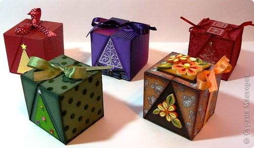 Коробочки для небольшого подарка. Можно повесить на елку размер кубика 7 на 7 см. МК http://whiffofjoy.blogspot.com/2010/07/baby-gift-box-by-inge-groot.html фото 1