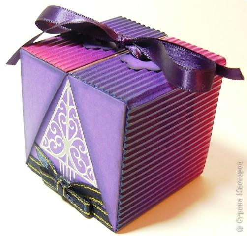 Коробочки для небольшого подарка. Можно повесить на елку размер кубика 7 на 7 см. МК http://whiffofjoy.blogspot.com/2010/07/baby-gift-box-by-inge-groot.html фото 12