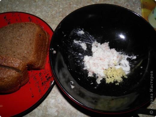 """4 яйца  3 плавленных сырка (типа """"Дружба"""")  2 упаковки криветок 8 шампиньонов  1 баночку корнишонов (мелких огурчиков)  1 баночку маслин.  соль, перец, майонез   фото 9"""
