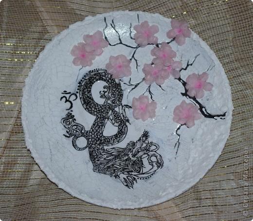 прямой декупаж, распечатка дракона - далее обрисовка его контуром, 2х шаговый кракелюр, сакура акрилом, цветы - 3D декупаж( на специальной термопленке)  фото 1