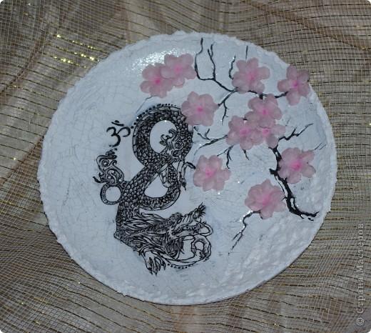 прямой декупаж, распечатка дракона - далее обрисовка его контуром, 2х шаговый кракелюр, сакура акрилом, цветы - 3D декупаж( на специальной термопленке)  фото 2