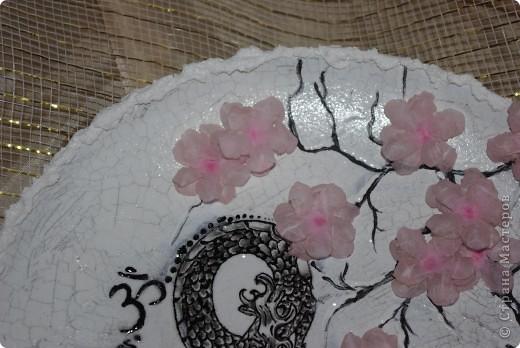 прямой декупаж, распечатка дракона - далее обрисовка его контуром, 2х шаговый кракелюр, сакура акрилом, цветы - 3D декупаж( на специальной термопленке)  фото 3