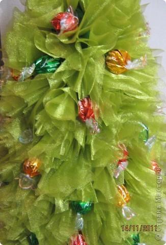 Хочу поделится с Вами тем, как делаю я елочки из конфет. Надеюсь, что Вы еще успеете воспользоваться моим МК. Высота показанной елочки около 75 см. фото 21