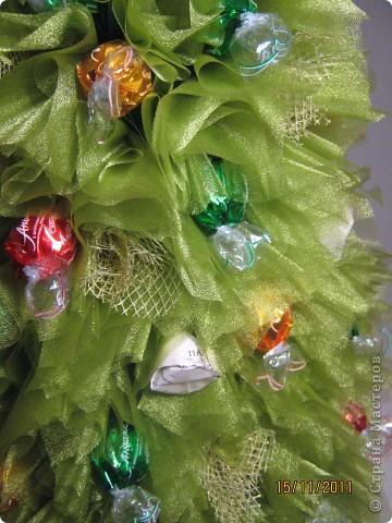 Хочу поделится с Вами тем, как делаю я елочки из конфет. Надеюсь, что Вы еще успеете воспользоваться моим МК. Высота показанной елочки около 75 см. фото 25