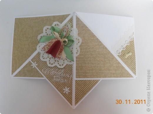 Сделались у меня открыточки не совсем обычной формы. В сложенном виде мне напоминают елочки.  Использовала скрапбумагу, листик 15*15см, кружевную салфетку, атласные ленточки, надпись сделана контуром, основа фотобумага. фото 3
