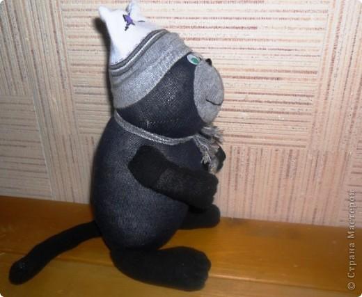 Кот Фадей - автолюбитель. Корпус сделан из одного носочка, лапки и хвостик из другого, мордочка, шапочка и шарф из носка другого цвета. Руль - обвязано колечко от пластиковой бутылки. фото 2