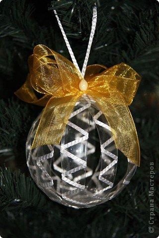 Идею создания елочных шаров из пластиковых бутылок подсмотрела где-то в интернете. Меня эта идея заинтересовала и я решила сделать для своей елочки несколько шаров. фото 5