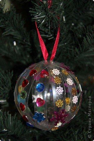 Идею создания елочных шаров из пластиковых бутылок подсмотрела где-то в интернете. Меня эта идея заинтересовала и я решила сделать для своей елочки несколько шаров. фото 7