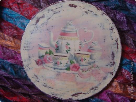 Вот получились такие декоративные тарелочки. Отливки из гипса, салфетки и распечатка, кракелюр и проба шебби-шика. фото 4