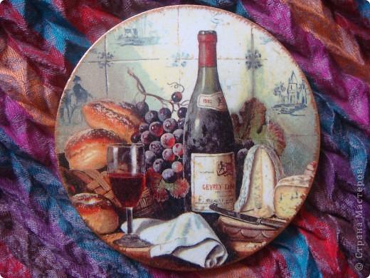Вот получились такие декоративные тарелочки. Отливки из гипса, салфетки и распечатка, кракелюр и проба шебби-шика. фото 2