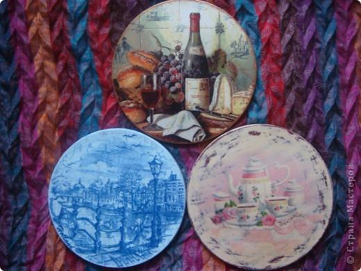 Вот получились такие декоративные тарелочки. Отливки из гипса, салфетки и распечатка, кракелюр и проба шебби-шика. фото 1