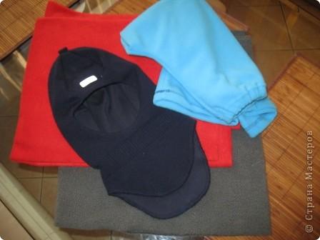 Всем здравствуйте))) Наконец-то в Москву пришла зима и я,забросив все новогодние дела, кинулась шить теплые шапки своим мальчишкам. Каждая заботливая мама знает,что лучшая зимняя шапка-это шлем.И у нас они есть...хорошие,реймовские,но все кажется мне,что не особо теплые...поэтому решила поправить это недоразумение,да и вас приглашаю,пока сохнут клей,краска,лак и масса для лепки))) тем более,что делается он просто элементарно))) фото 2