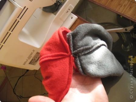 Всем здравствуйте))) Наконец-то в Москву пришла зима и я,забросив все новогодние дела, кинулась шить теплые шапки своим мальчишкам. Каждая заботливая мама знает,что лучшая зимняя шапка-это шлем.И у нас они есть...хорошие,реймовские,но все кажется мне,что не особо теплые...поэтому решила поправить это недоразумение,да и вас приглашаю,пока сохнут клей,краска,лак и масса для лепки))) тем более,что делается он просто элементарно))) фото 16