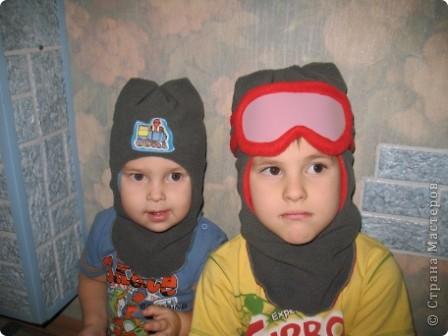 Всем здравствуйте))) Наконец-то в Москву пришла зима и я,забросив все новогодние дела, кинулась шить теплые шапки своим мальчишкам. Каждая заботливая мама знает,что лучшая зимняя шапка-это шлем.И у нас они есть...хорошие,реймовские,но все кажется мне,что не особо теплые...поэтому решила поправить это недоразумение,да и вас приглашаю,пока сохнут клей,краска,лак и масса для лепки))) тем более,что делается он просто элементарно))) фото 20