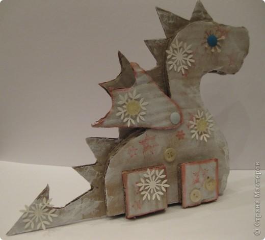 23 декабря. Снега чуть-чуть. Последнее занятие в 2011 году:) Занятие вместе с родителями, тема символ 2012 года, направление хлам-дизайн, материал бросовый(коробочный картон). Очень люблю этот материал!  фото 6