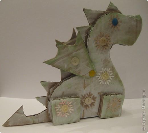 23 декабря. Снега чуть-чуть. Последнее занятие в 2011 году:) Занятие вместе с родителями, тема символ 2012 года, направление хлам-дизайн, материал бросовый(коробочный картон). Очень люблю этот материал!  фото 7