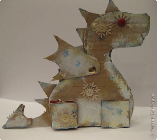 23 декабря. Снега чуть-чуть. Последнее занятие в 2011 году:) Занятие вместе с родителями, тема символ 2012 года, направление хлам-дизайн, материал бросовый(коробочный картон). Очень люблю этот материал!  фото 8