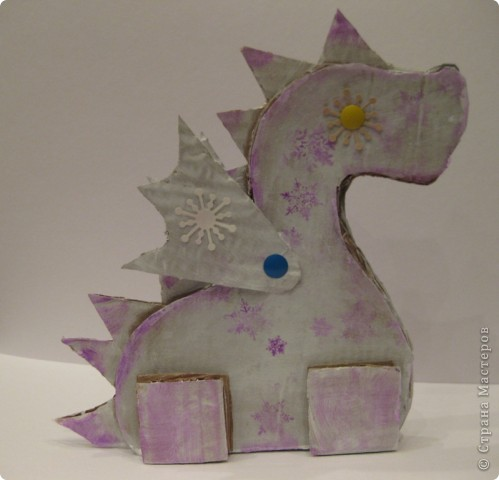 23 декабря. Снега чуть-чуть. Последнее занятие в 2011 году:) Занятие вместе с родителями, тема символ 2012 года, направление хлам-дизайн, материал бросовый(коробочный картон). Очень люблю этот материал!  фото 9