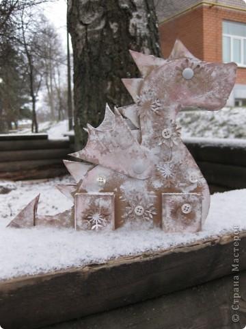 23 декабря. Снега чуть-чуть. Последнее занятие в 2011 году:) Занятие вместе с родителями, тема символ 2012 года, направление хлам-дизайн, материал бросовый(коробочный картон). Очень люблю этот материал!  фото 1