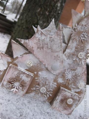 23 декабря. Снега чуть-чуть. Последнее занятие в 2011 году:) Занятие вместе с родителями, тема символ 2012 года, направление хлам-дизайн, материал бросовый(коробочный картон). Очень люблю этот материал!  фото 2