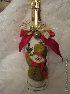 Решилась я все таки на такую штуку, как декупаж. И только потому, что Елена (Copilka)подарила мне чудесные салфеточки со снеговичками. Получилась вот такая бутылка, косяков конечно куча, но я довольна. фото 1
