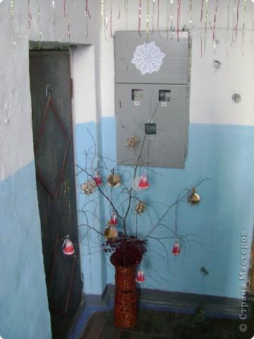 Украшали 30 декабря, утром 31 осталось 2 шара и 1 колокольчик  мы повесили снежинки. Соседи нас поддержали и каждый украсил свою площадку. фото 1