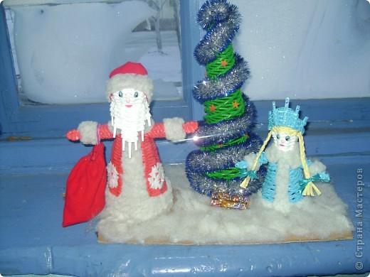 Украшали 30 декабря, утром 31 осталось 2 шара и 1 колокольчик  мы повесили снежинки. Соседи нас поддержали и каждый украсил свою площадку. фото 3