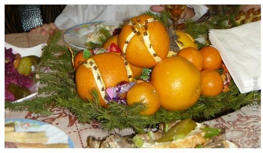 Приветики всем! Вот и подходят к завершению новогодние праздники! А вот только поздравляю свою любимую Страну Мастеров с Новым годом и Рождеством!!!!!! Пусть творческое вдохновение живёт в наших сердцах целый год!!!! а главное, пусть здоровье будет крепким. а остальное или купим, или смастерим!:)))  А енто вот моя композиция из апельсинок, мандаринок и еловых веточек. такая простояла у нас 10 дней. Ставили на новогодний стол.  фото 1
