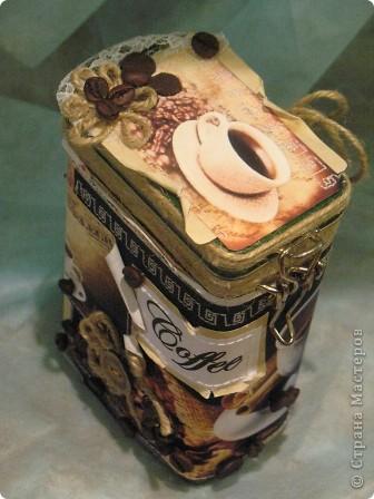 """Сегодня сбылась еще одна заветная мечта-дошли руки до кофейной банки...люблю я такую упаковку продуктов,которую потом можно многократно использовать,но часто бывает,что вида она не ахти какого или в цвет-стиль интерьера не попадает или попросту надоела...в этом плане у меня-классический сюжет...хорошая жестяная коробочка """"Jacobs"""" ядовито зеленого цвета, вообще мне никуда в интерьер,поэтому и стоит задвинутая в шкафчик,но удобная же ,зараза...сколько всего перебрали,но ничего практичнее не нашли....но счастливая минутка выдалась и я , используя новогодний опыт декора тары, с воодушевлением принялась за дело...иииии...барабанная дробь...та-дам... фото 1"""