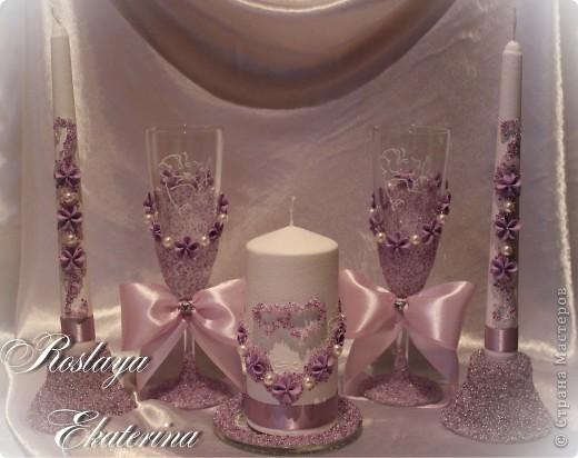 Новый набор в сиреневом цвете. На бокалах хрустальная паста  с цветным бисером, а на свечах и подсвечниках смесь прозрачного стекляруса с цветным бисером.