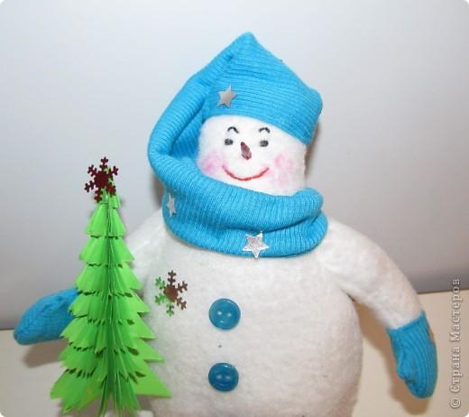 """Перед Новым годом в детском саду был конкурс снеговиков.  Я сшила снеговичка по выкройке снеговика """"Бр-р-р"""", только ручки наоборот пришила. фото 2"""