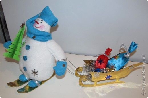 """Перед Новым годом в детском саду был конкурс снеговиков.  Я сшила снеговичка по выкройке снеговика """"Бр-р-р"""", только ручки наоборот пришила. фото 4"""