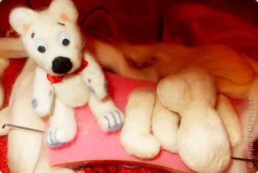 Жил был Мишка. Вырос из комочков шерсти, закален иголками, украшен румянцем и серыми подушечками на лапках, которыми очень гордился - они отличали его от других белых мишек. фото 3