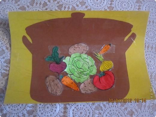 кастрюля из картона обклеена скотчем, сверху липкие полоски из двухстороннего скотча. И на эти липкие полоски можно крепить овощи для борща. ))) Игра многоразовая фото 1