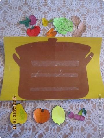 кастрюля из картона обклеена скотчем, сверху липкие полоски из двухстороннего скотча. И на эти липкие полоски можно крепить овощи для борща. ))) Игра многоразовая фото 2