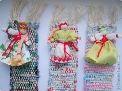 Половик в доме создает уют и тепло,а хозяюшка сам половичок... Закладочки сотканы на станке и украшены куколкой. фото 1