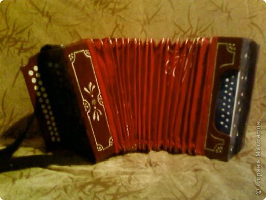 Бутафорское изделие гармошка сделана для танца - поэтому не играет. но имеет бооольшой размах. фото 1