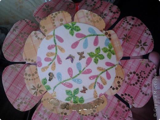 Верх сделан декупаж салфетки, украшен наклейками и раскрашен блестками фото 1
