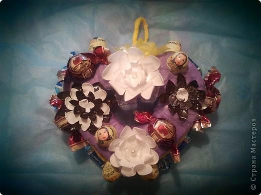 Сладкое сердечко.Маленький мини-МК.Цветы из пластиковых бутылок,одноразовая скатерть, гофрокартон-из коробки,конфеты