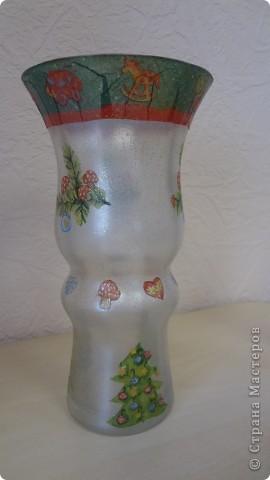 """Колега попросила вазу под ветки новогодние. Фаза """"фигурная"""" очень. Сложно было придумать декор. Крупный рисунок никак не ложился, да и терялся. Вот что получилось. Складочки вверху видны, но с ветками, я думаю, будет лучше фото 1"""