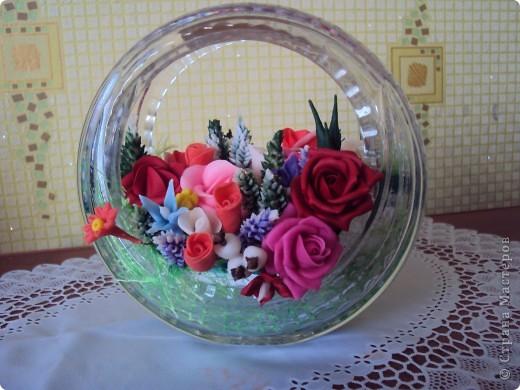 Вазу хрустальную для конфет тоже пустила в дело.Думаю,стоит без дела на кухонном столе ,а если украсить цветами из холодного фарфора,  красиво на столе смотрится и оригинально очень, думаю вы со мной согласитесь. фото 2