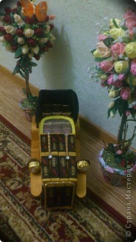 Одно расстройство:золотой гофробумаги нет,черной тоже,пришлось наклеить на колёса полосатую изоленту ( ну нет чёрной) Всё обклеивала малярным скотчем и красила акриловой краской фото 2