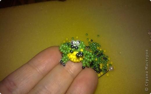 Всем привет!!! Обожаю лягушек! Я их коллекционирую. И даже живет одна в аквариуме)))  Вот решила пополнить свою коллекцию лягушечками из бисера. фото 2