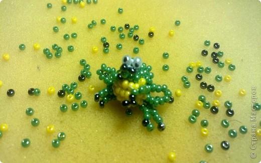 Всем привет!!! Обожаю лягушек! Я их коллекционирую. И даже живет одна в аквариуме)))  Вот решила пополнить свою коллекцию лягушечками из бисера. фото 1