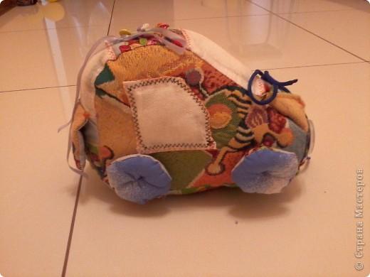 Многие в Стране уже знают о моём великом счастье - муж подарил мне швейную машинку!!!:) О том, как мы с ней воюем, несколько слов. Ну или фото.  Вот это бибика! Кривая-косая! Зато первая!!!:))) Правда, видок у неё... Глаза навыкате, улыбка как у маньячины.... Но в целом - весёленькая! И со шнуровочкой на капоте - развиваем моторику:))) фото 2